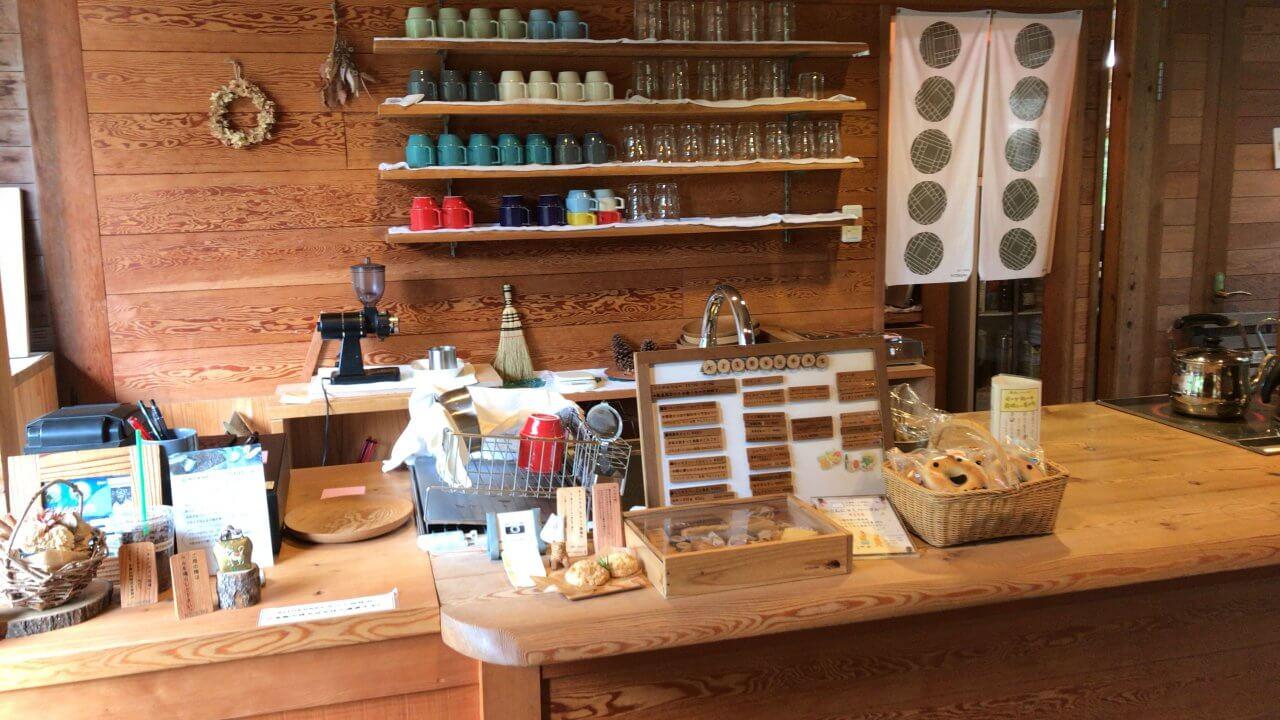 カフェカウンターももちろん木。ベーグルやナッツのケーキなども販売。