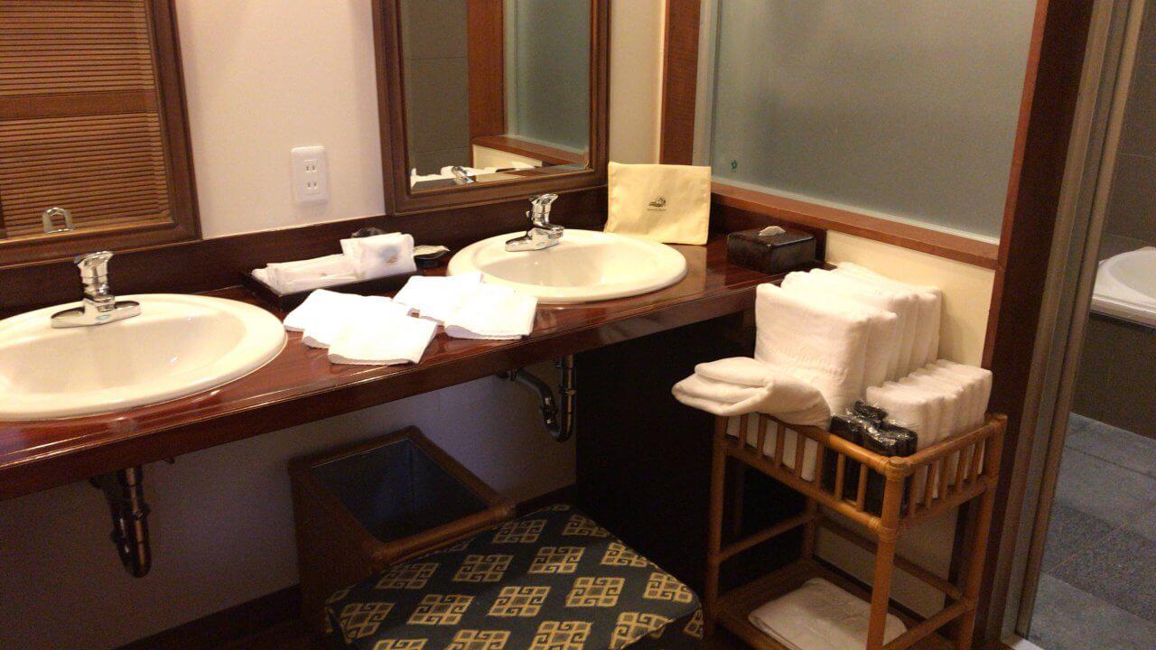 アメニティも充実。洗面台が2つあって、顔洗ったりするのに1度に2人使えて便利でした。