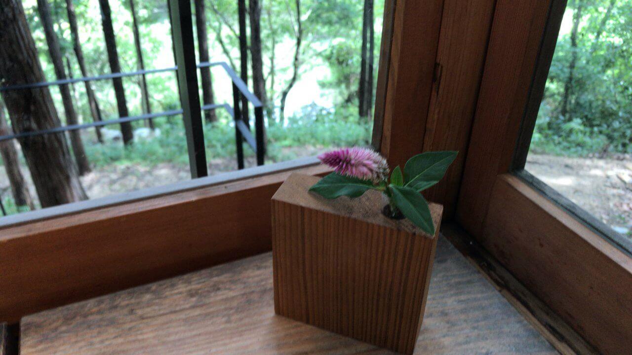 テーブルに飾られたかわいいお花。先ほど見た木の花差し!
